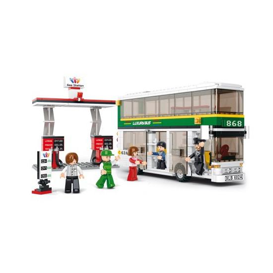 Sluban dubbeldekker bus en tankstation